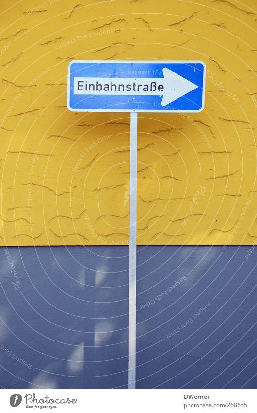 Einbahnstraße blau gelb Wand Architektur grau Stein Mauer Gebäude Fassade Schilder & Markierungen Ordnung Verkehr Schriftzeichen stehen Hinweisschild Ziel