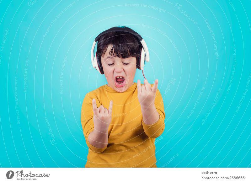 Junge mit Kopfhörer, der einen Rock Seufzer zeigt. Lifestyle Freude Entertainment Musik Mensch maskulin Kind Kindheit 1 8-13 Jahre Musik hören Konzert Band