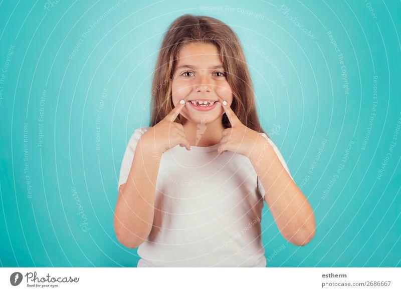 kleines Mädchen, das lächelt Lifestyle Freude Wellness Erfolg Mensch feminin Kindheit Zähne 1 8-13 Jahre Fitness Lächeln lachen Wachstum Coolness Freundlichkeit