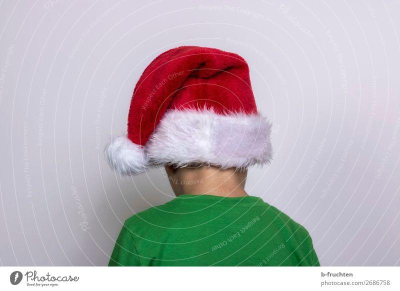Nein, heute nicht! Weihnachten & Advent Kind Kopf Rücken 1 Mensch T-Shirt Mütze stehen dreckig dunkel grün rot Langeweile Unlust Nikolausmütze Wegsehen Wand