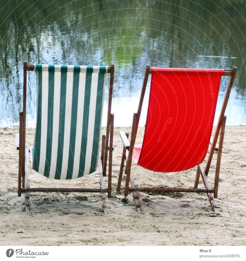 zweisam einsam Erholung ruhig Ferien & Urlaub & Reisen Tourismus Sommer Sommerurlaub Sonnenbad Strand See rot Liege Liegestuhl gestreift leer Aussicht 2