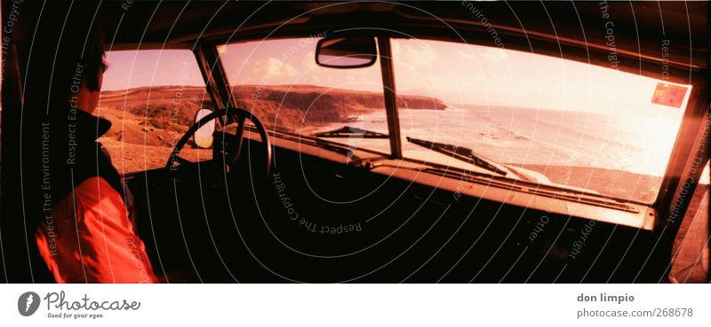 peter santana Ausflug Mann Erwachsene 1 Mensch Landschaft Schönes Wetter Felsen Küste Insel Fuerteventura Oldtimer Geländewagen beobachten entdecken rosa