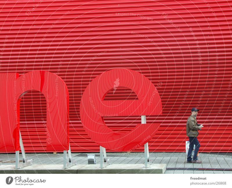 ne rot Wellblech Buchstaben Hannover Mann Werbung Strukturen & Formen Mensch Cebit 2004 CeBIT Messehalle Besucher