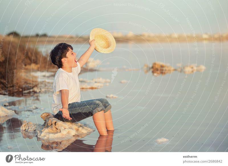 glückliches Kind mit Hut am Strand mit offenen Armen Lifestyle Freude Glück Wellness Leben Erholung Ferien & Urlaub & Reisen Abenteuer Freiheit Sommer