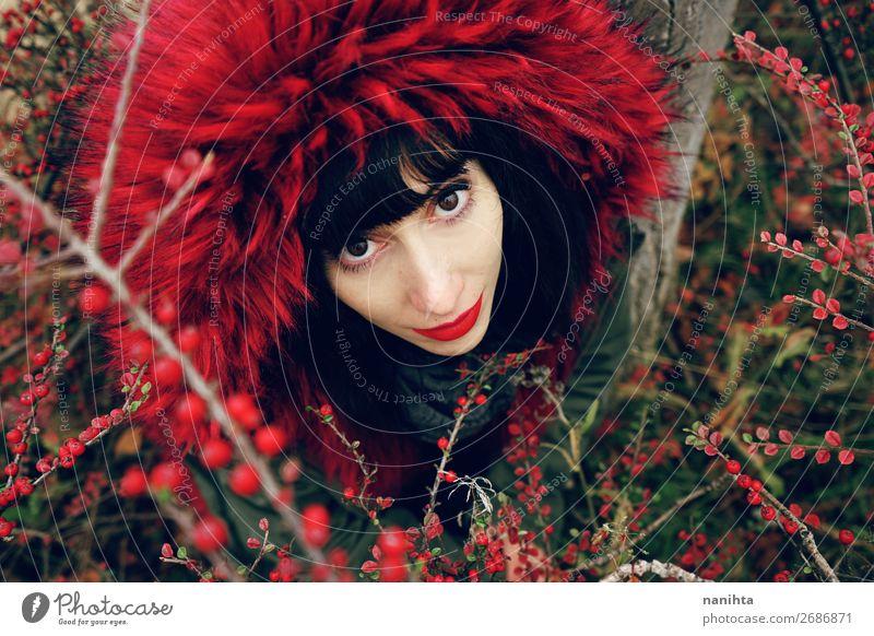 schöne junge brünette Frau in roter Natur Lifestyle Stil Gesicht Wellness Winter Mensch feminin Junge Frau Jugendliche Erwachsene 1 18-30 Jahre Herbst Sträucher