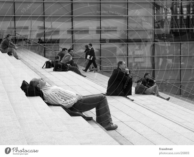 Reizüberflutungsopfer schlafen Hannover Fenster Reflexion & Spiegelung Geschäftsleute Erholung Mann Treppe Cebit 2004 Gottesdienst Geschäftsmann