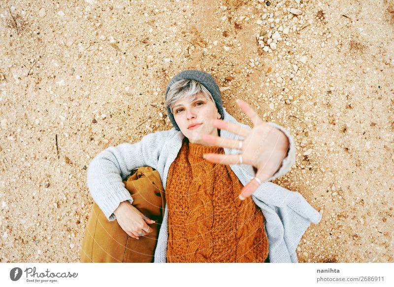 Eine Abenteurerin, eine junge kaukasische Frau. Lifestyle Stil Glück schön Wellness Erholung ruhig Ferien & Urlaub & Reisen Ausflug Abenteuer Mensch feminin