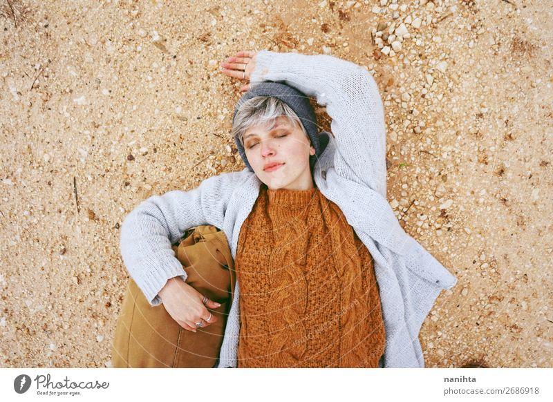 Eine Abenteurerin, eine junge kaukasische Frau. Lifestyle Stil Glück schön Haare & Frisuren Erholung ruhig Ferien & Urlaub & Reisen Ausflug Abenteuer Freiheit