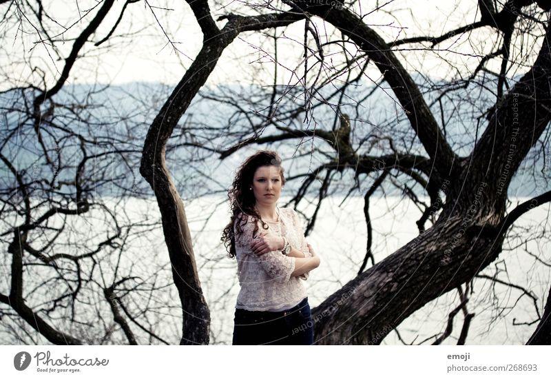 unglaublich nah und extrem laut. Natur Jugendliche schön Baum Einsamkeit Erwachsene Umwelt kalt feminin Herbst Junge Frau 18-30 Jahre trist Ast einzeln