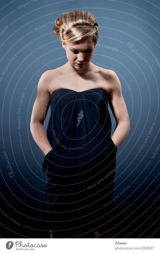 T. Mensch Jugendliche blau Einsamkeit ruhig Erwachsene Gefühle Haare & Frisuren Stil Traurigkeit Denken träumen blond Junge Frau elegant 18-30 Jahre