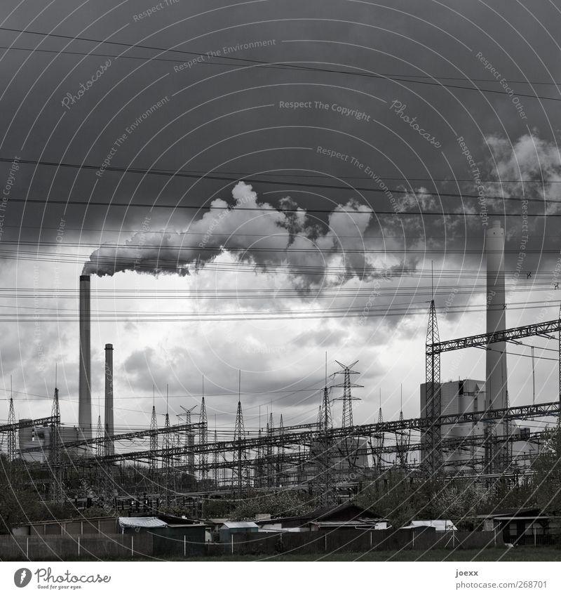 Räucherwerk Energiewirtschaft Kohlekraftwerk Himmel Wolken Klimawandel schlechtes Wetter Dorf Hütte Industrieanlage Schornstein dunkel hässlich Stadt