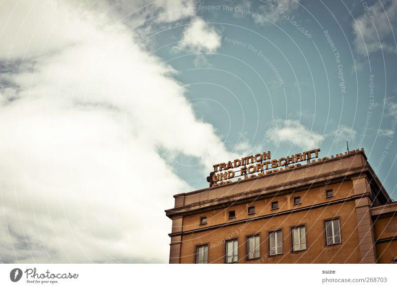 Tradition & Fortschritt Himmel alt Stadt Wolken Haus Fenster Architektur Gebäude Fassade kaputt Wandel & Veränderung einzeln retro Vergänglichkeit einfach