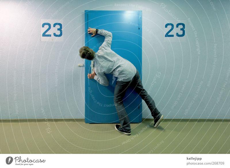 bei den illuminaten Mensch Mann blau Haus ruhig Erwachsene Tür maskulin Hochhaus Suche Autotür Ziffern & Zahlen Neugier Jeanshose Hemd Etage
