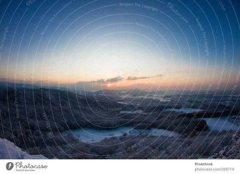 Wintergruss Landschaft Himmel Wolken Horizont Sonne Sonnenaufgang Sonnenuntergang Schönes Wetter Schnee Baum Feld Wald Hügel Felsen Berge u. Gebirge Dorf