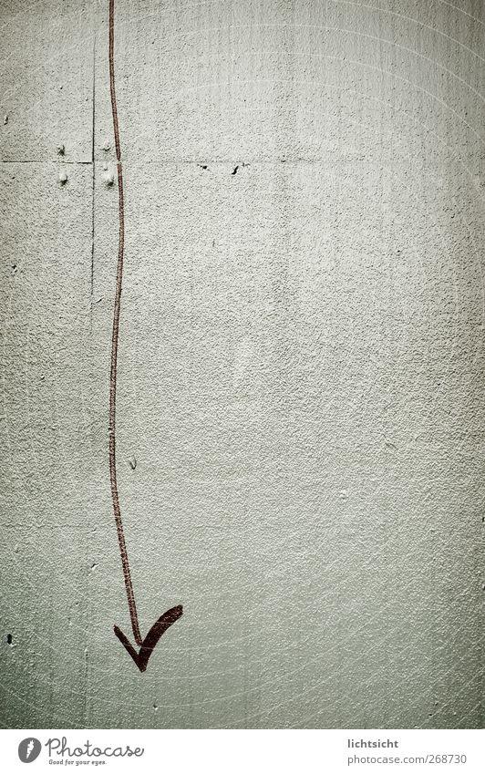 DA UNTEN !! Mauer Wand Zeichen Graffiti Linie Pfeil grau rot Schlangenlinie Riffel Nut abwärts Abwärtsentwicklung unten richtungweisend Richtung Schmiererei