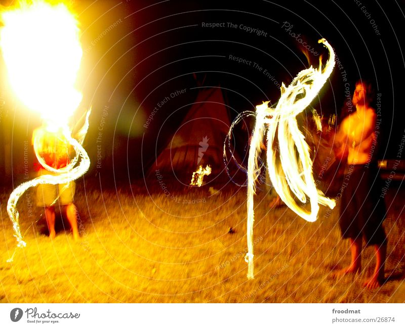Feuer spritzt heiss Zelt Feuerschlucker Langzeitbelichtung Unschärfe Club Hammel Rock Brand Jongleuere Musikfestival Lichtmalerei