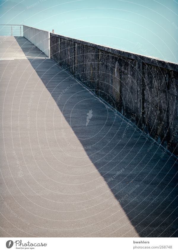 Weg Himmel blau ruhig Wand Wege & Pfade grau Mauer Brücke Aussicht Hafen Unendlichkeit Seeufer Wolkenloser Himmel Hafenstadt Bodensee