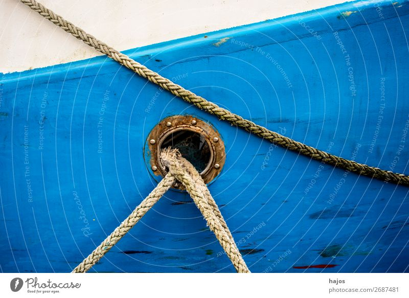Bullauge mit Festmacherleinen Design maritim blau weiß Schiffswand weiß und blau blauweiß Fischkutter alt malerisch farbenfroh Schifffahrt geankert verzurrt