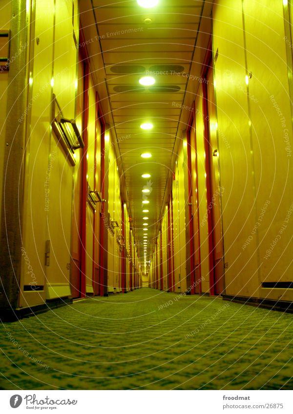nachts unter deck #1 gelb Lampe Wasserfahrzeug liegen Tür Perspektive Bodenbelag tief Schifffahrt Flur Alkoholisiert Symmetrie Teppich Gang Fähre Finnland