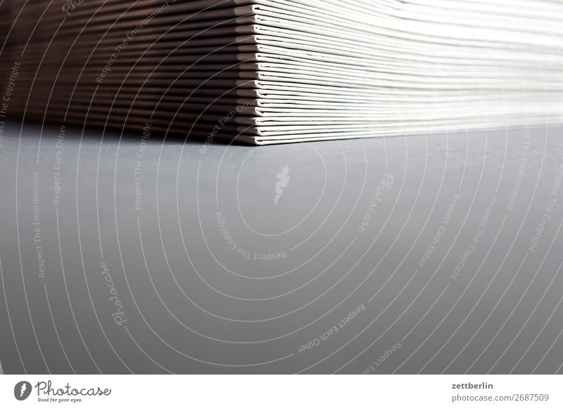 Zeitungen Altpapier analog Sammlung Büro Verwaltung Datei Daten Schriftstück Anleitung Druckerei Papier Papierstapel Büroangestellte Stapel verwalten offset