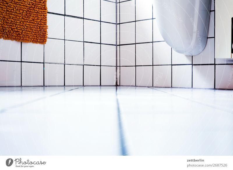 Badezimmer Badewanne sanitär Fliesen u. Kacheln weiß Sauberkeit hell Waschbecken Menschenleer Textfreiraum Häusliches Leben Wohnung Linie gerade Geometrie