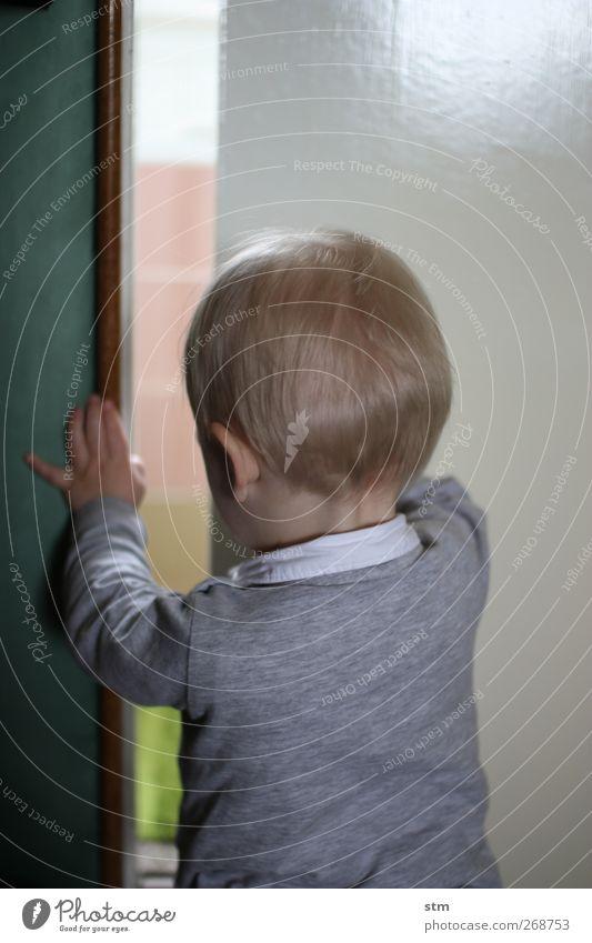 weltentdeckung Mensch Kind Leben Junge Tür Wohnung blond Kindheit Abenteuer Häusliches Leben beobachten Neugier berühren Kleinkind entdecken Interesse