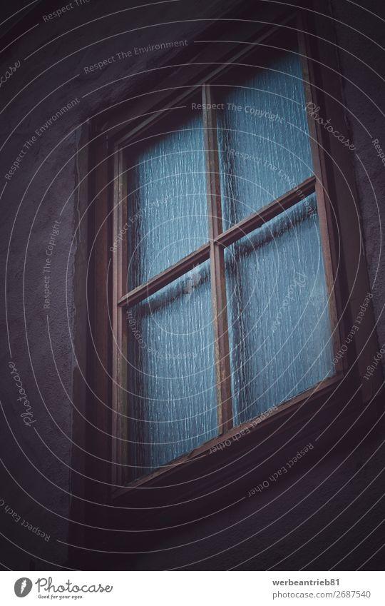 Klassisches und einzelnes Holzfenster Fassade Material Haus Geborgenheit geschlossen zugeklappt matt - Bildtechnik heimisch Fenster altmodisch retro