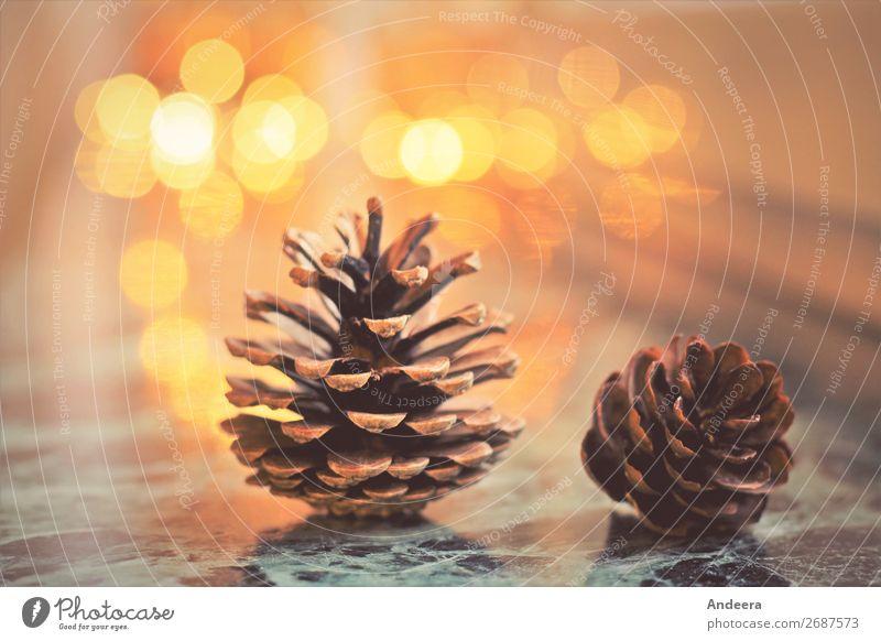 Weihnachtsdekoration mit Tannenzapfen und Lichtern auf glatter Fläche mit Bokeh Winter Wohnung Weihnachten & Advent Dekoration & Verzierung Holz leuchten