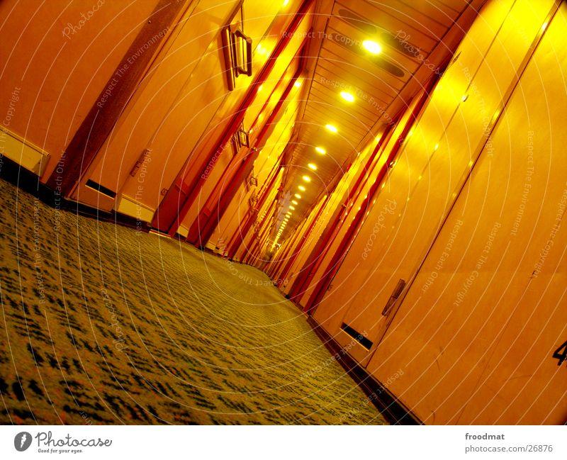nachts unter deck #2 Einsamkeit gelb Lampe Wasserfahrzeug liegen Tür verrückt Perspektive Europa Bodenbelag tief Schifffahrt diagonal Flur Alkoholisiert