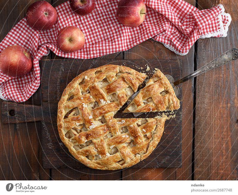 gebackener traditioneller Obstkuchen auf einem braunen Holzbrett Frucht Apfel Kuchen Dessert Süßwaren Mittagessen Tisch Herbst frisch lecker natürlich gold weiß