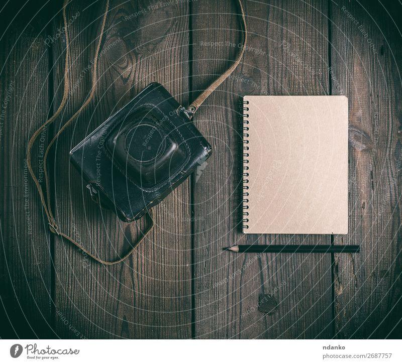 alt dunkel Holz Textfreiraum braun retro Aussicht Technik & Technologie Tisch Buch Fotografie Papier Fotokamera analog Schreibstift Top