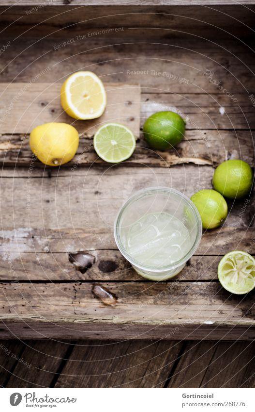Limonade Lebensmittel Frucht Slowfood Getränk Erfrischungsgetränk Longdrink Cocktail Glas lecker Limone Zitrone Zitronensaft Holztisch Holzkiste Eiswürfel