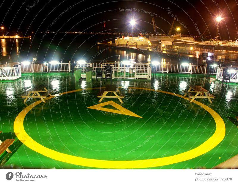 nachts auf dem deck #2 Finnland Estland Tallinn Wasserfahrzeug grün Nacht Langzeitbelichtung Landeplatz Hubschrauber Mann Spaßvogel Pfütze