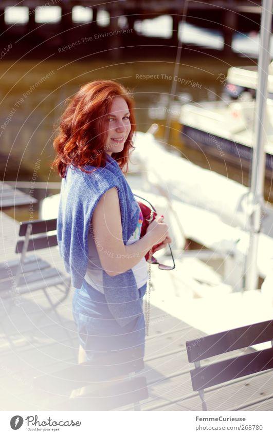 Und das Haar hält. Mensch Frau Natur Jugendliche blau Erwachsene Erholung feminin Wärme Kopf Haare & Frisuren lachen Stil See Mode glänzend
