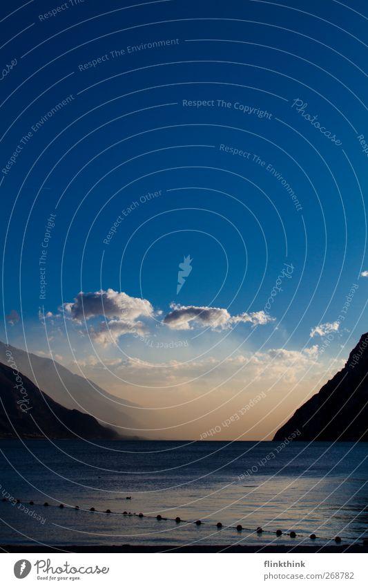 Seeblick #2 Umwelt Wasser Himmel Wolken Sonnenaufgang Sonnenuntergang Sonnenlicht Frühling Park Wiese Berge u. Gebirge Seeufer Strand Bucht Gardasee Erholung