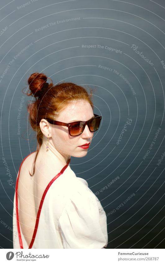Hochgezwirbelt. Mensch Frau Jugendliche weiß rot Meer Erwachsene feminin Kopf Haare & Frisuren Stil braun Rücken Junge Frau Haut 18-30 Jahre