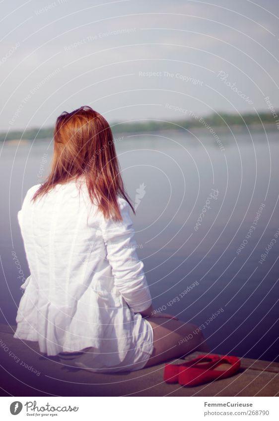 Aussicht genießen. Mensch Frau Natur Jugendliche Wasser Ferien & Urlaub & Reisen rot Sommer Erwachsene feminin Haare & Frisuren Traurigkeit Denken Beine träumen Horizont