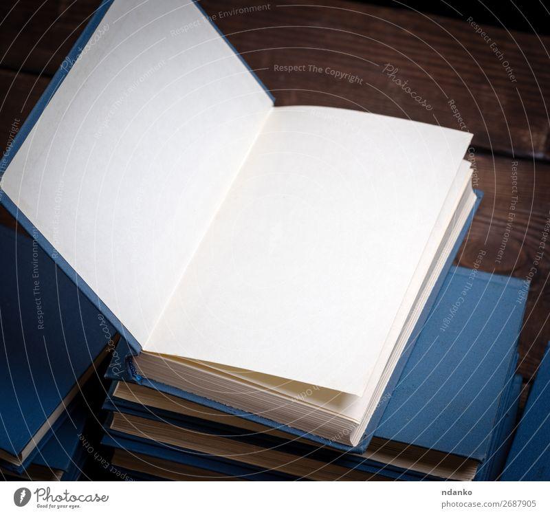Stapel verschiedener Bücher, offenes Buch oben drauf lesen Tisch Wissenschaften Schule Studium Bibliothek Papier Holz braun weiß Weisheit Hintergrund Buchladen