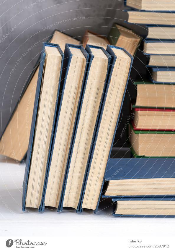 Bücher mit blauem Umschlag, schwarzer Hintergrund lesen Tisch Bildung Wissenschaften Schule Studium Buch Bibliothek Papier Sammlung alt gelb weiß Weisheit