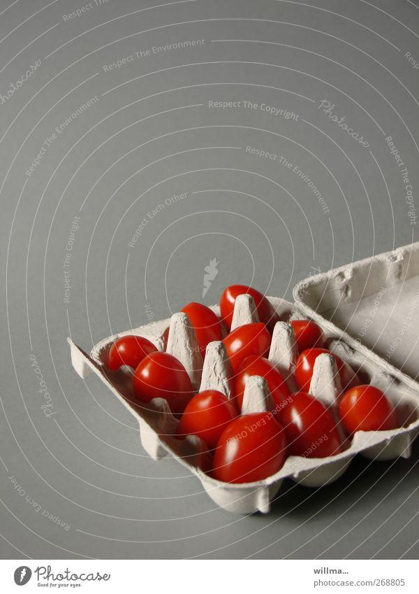 tomatenrührei | fastfood Lebensmittel Gemüse Tomate Eierkarton Ernährung Bioprodukte Vegetarische Ernährung Diät Gesunde Ernährung frisch lustig grau rot