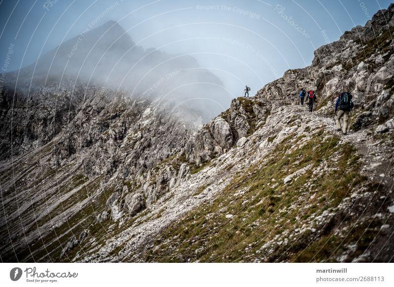 Wanderer genießt Aussicht im Nebel in den Lechtaler Alpen Ferien & Urlaub & Reisen Ausflug Abenteuer Berge u. Gebirge wandern Klettern Bergsteigen Mensch Natur