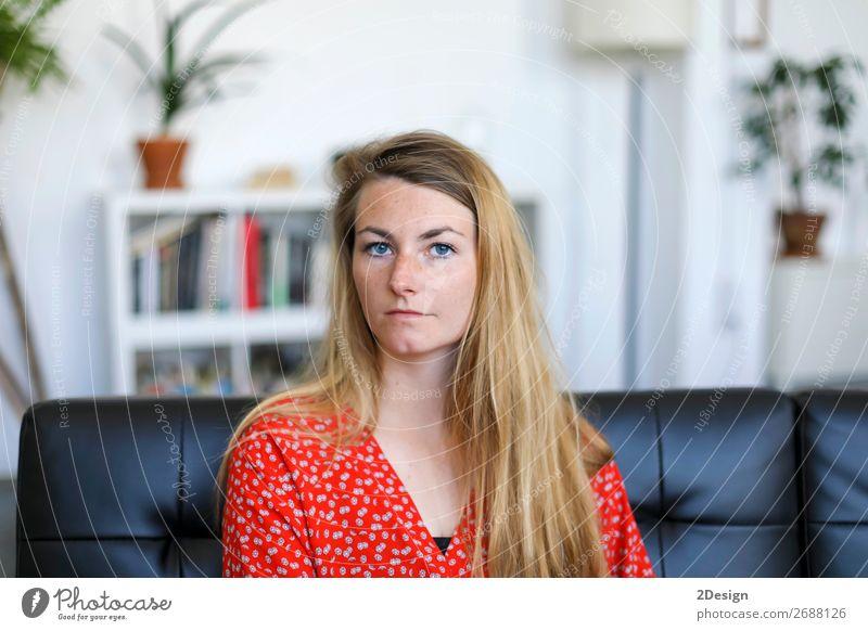 Porträt einer ernsthaften jungen Frau, die auf dem Sofa sitzt. Lifestyle Glück schön ruhig Freizeit & Hobby Haus Mensch feminin Junge Frau Jugendliche