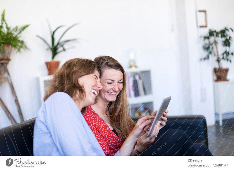 Frau Mensch Jugendliche Junge Frau schön weiß Haus Erholung Freude 18-30 Jahre Lifestyle Erwachsene sprechen feminin lachen Glück