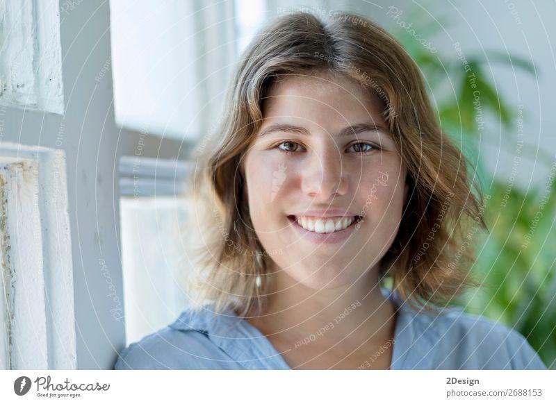 Porträt einer glücklichen jungen Frau, die lächelt. Lifestyle Glück schön ruhig Freizeit & Hobby Haus Mensch feminin Junge Frau Jugendliche Erwachsene 1