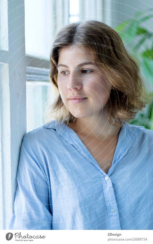 Frau Mensch Jugendliche schön Erholung Einsamkeit Gesicht Lifestyle Erwachsene Glück Mode Denken Freizeit & Hobby elegant blond Kleid