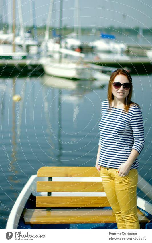 Ton in Ton. Mensch Frau Jugendliche Ferien & Urlaub & Reisen schön Erwachsene Erholung feminin Stil See Mode Wasserfahrzeug Junge Frau Freizeit & Hobby Ausflug
