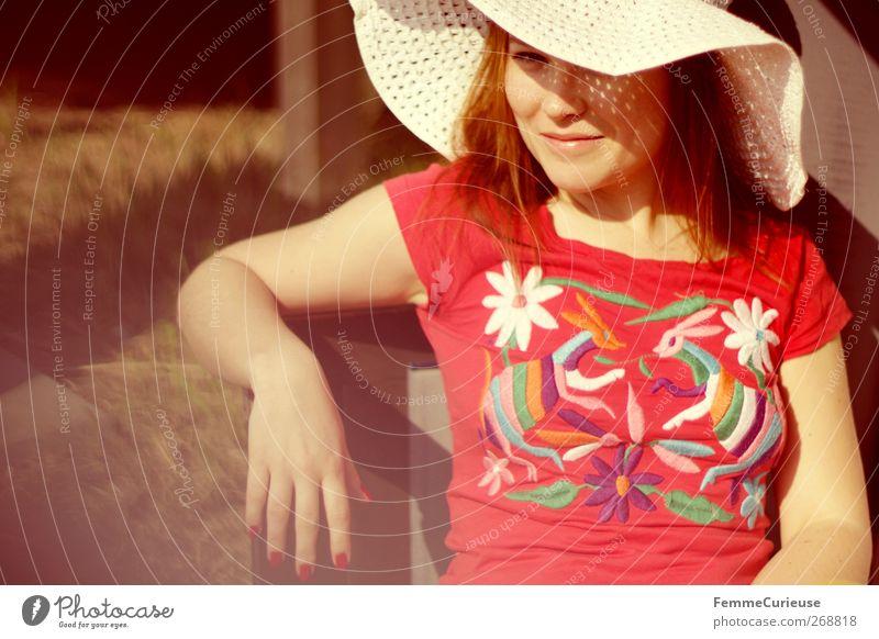 Sonnenschutz. Mensch Frau Natur Jugendliche Hand weiß schön rot ruhig Erwachsene Erholung Mode Zufriedenheit Arme Junge Frau sitzen