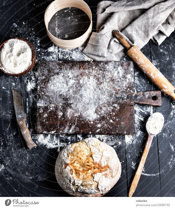 gebackenes Brot, Weizenweißmehl, Holzwalze Teigwaren Backwaren Schalen & Schüsseln Messer Löffel Tisch Küche Sieb machen dunkel frisch oben braun schwarz