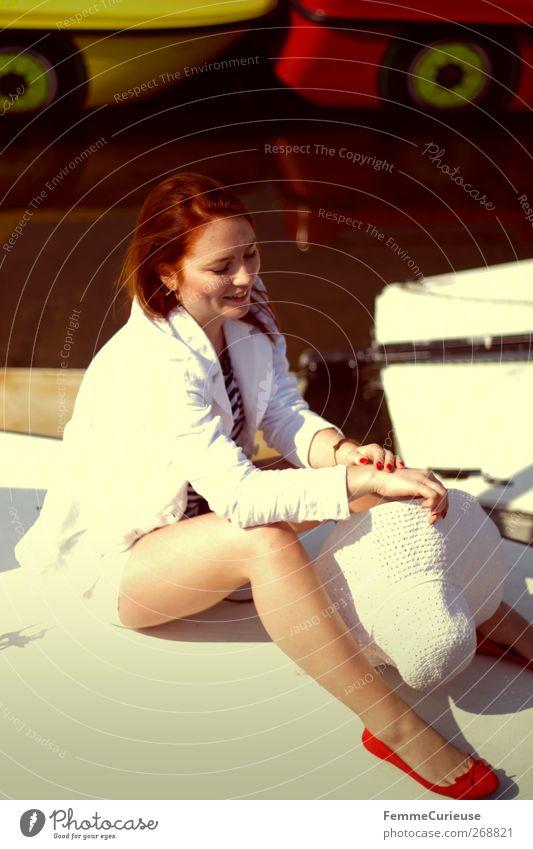 Très chic. Mensch Frau Jugendliche weiß schön Sommer Freude Erwachsene Erholung feminin Stil Beine Junge Frau elegant natürlich Haut