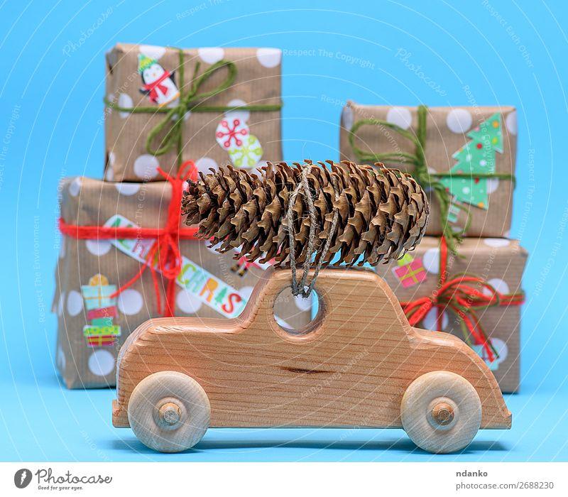 Holzmaschine trägt einen Seilzugkegel Winter Dekoration & Verzierung Feste & Feiern Weihnachten & Advent Silvester u. Neujahr Natur Baum Verkehr PKW Spielzeug